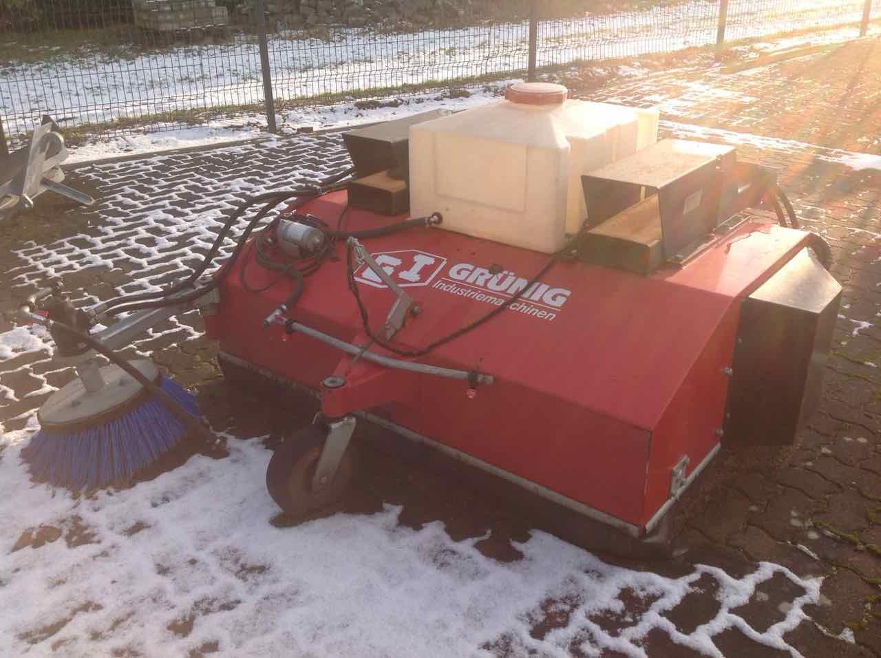 Grünig GSX 1600 Kehrmaschine mit Seitenbesen und Wasserbehälter